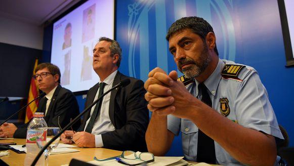 Minister van Binnenlandse Zaken Joaquim Forn (centraal) en hoofd van de Mossos Josep Lluis Trapero (rechts).