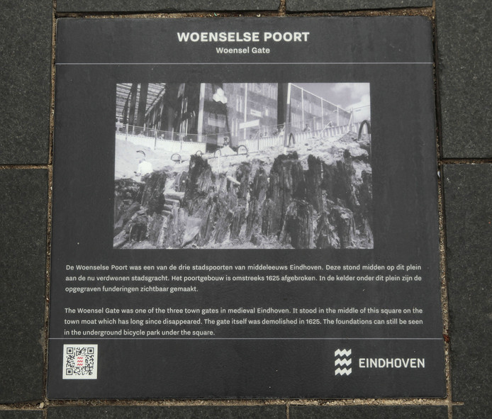 Een van de tien gedenkstenen: de Woenselse Poort op 18 Septemberplein in Eindhoven. Voor het vervolg kiest de gemeente Eindhoven voor bordjes.