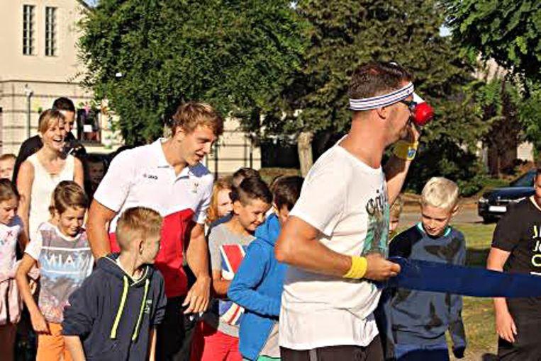 Olympiër Artuur Peters (links) deed lustig mee met de eerste One Mile bij basisschool Pallieter.