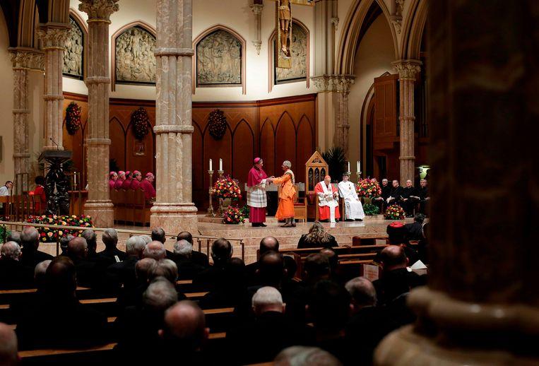 Aartsbisschop Blase Cupich van Chicago (links) in een kathedraal in de stad. Beeld AFP
