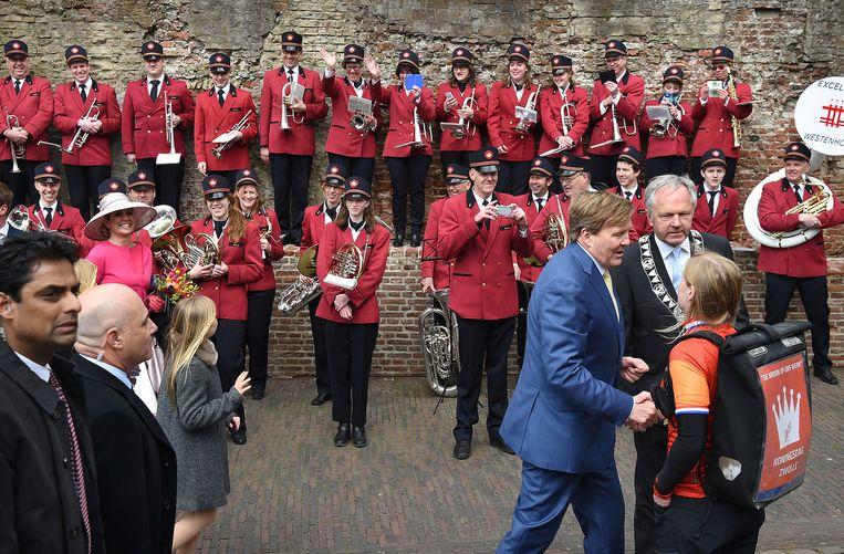 Koning Willem-Alexander bedankt een meisje in Zwolle. Beeld Marcel van den Bergh / de Volkskrant