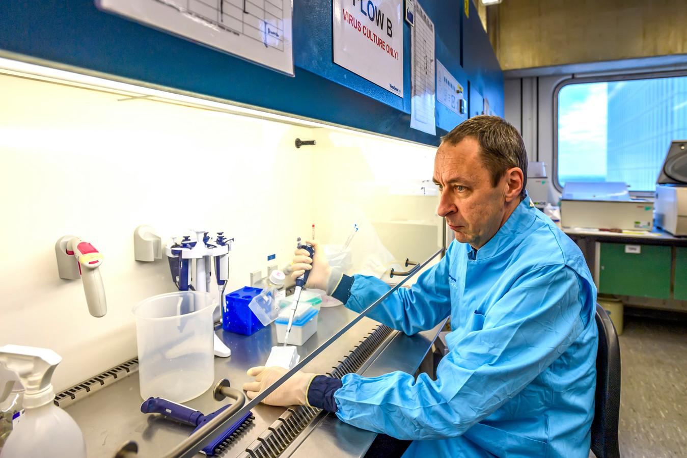 Bart Haagman is als viroloog verbonden aan het Erasmus MC in Rotterdam en gespecialiseerd in het coronavirus