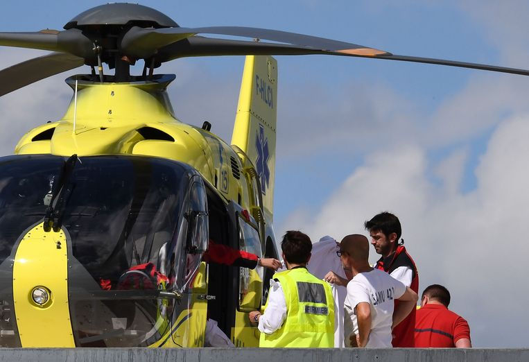Chris Froome wordt met een helikopter van het ziekenhuis in Roanne naar een ander ziekenhuis vervoerd.