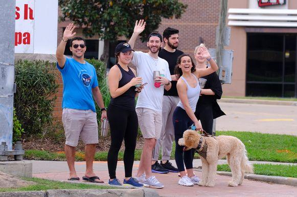Deze inwoners van de Texaanse miljoenenstad Houston deden zondag wat ze normaal elk weekend doen:  afspreken met vrienden om bij te kletsen.