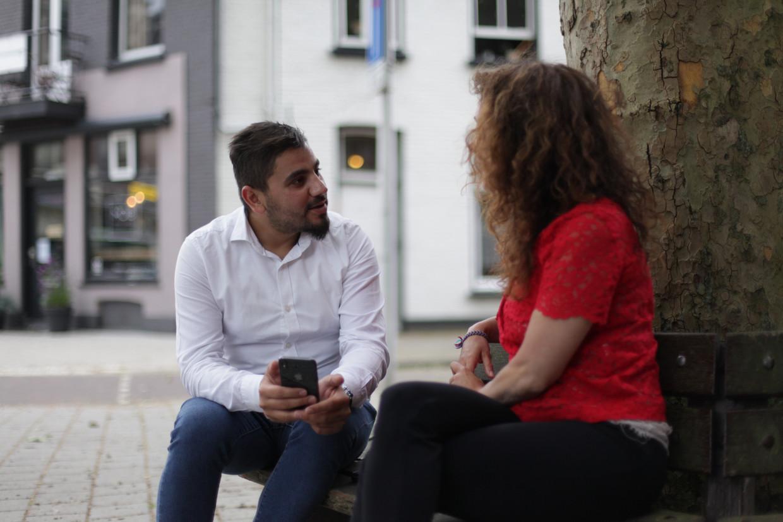 De Syrische Boodi Alnatour in gesprek met zijn vrijwillige arbeidscoach Vicky Pronk.