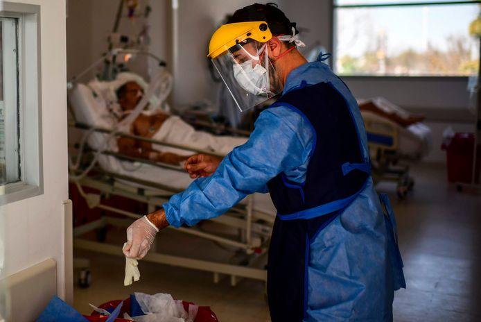 Een arts gooit zijn gebruikte handschoenen weg in een ziekenhuis in Argentinië.