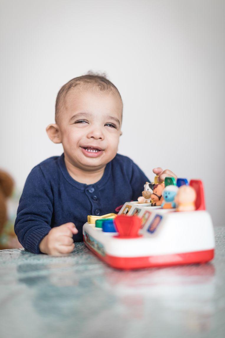 """De kleine Dylan grijpt al eens naast een speeltje, omdat hij minder dieptezicht heeft. En als het licht te sterk is, sluit hij zijn ogen. """"Maar hij gaat erop vooruit, in zijn eigen tempo. Meer moet dat niet zijn."""""""