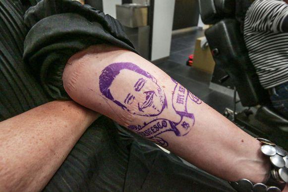 De 'tattoo' van Francesco Vanderjeugd, op de linkerarm van Van Volcem.