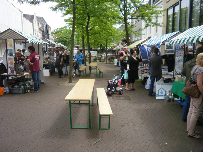 Vanachter kraampjes brengen verkopers hun streekproducten aan de man