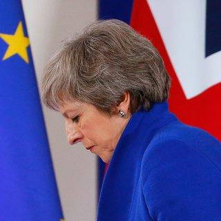 Uitgefoeterd, uitgelachen, uitgeregeerd? May stelt Brexitstemming uit