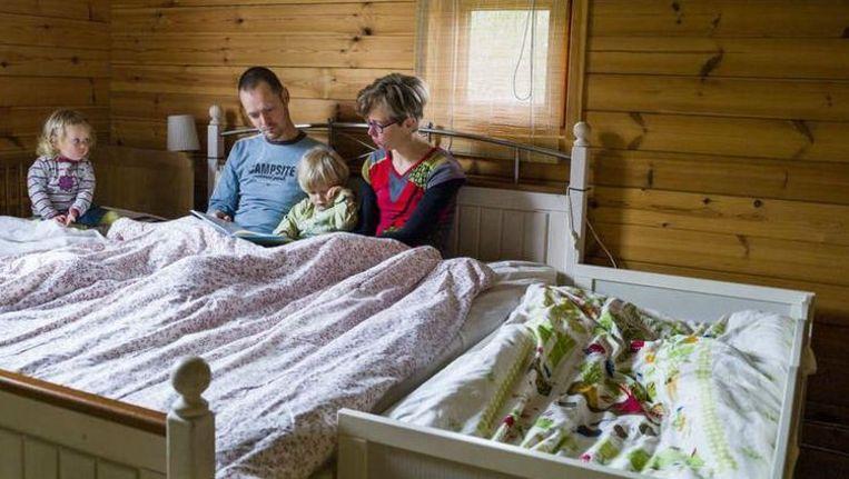 Het hele gezin samen in één slaapkamer, ook dat is onderdeel van de natuurlijke opvoeding. Beeld Chris Keulen