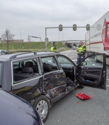 Vrachtwagen ramt auto door verkeerslichten die niet werkten