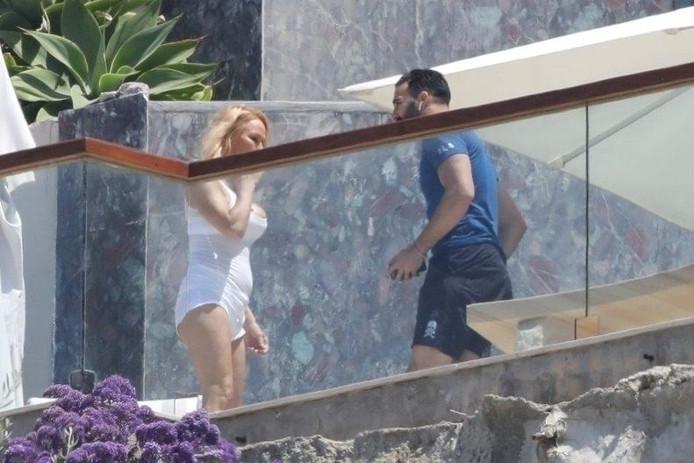 Pamela Anderson et Adil Rami, dans un hôtel de Malibu.