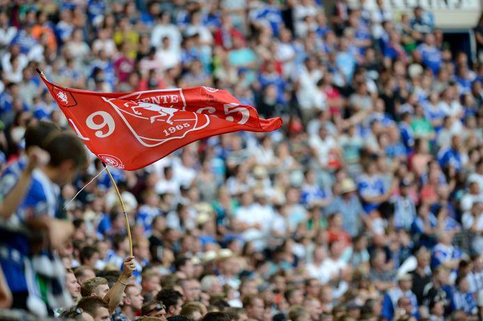 Een vlag van FC Twente in een vol Schalke-stadion.