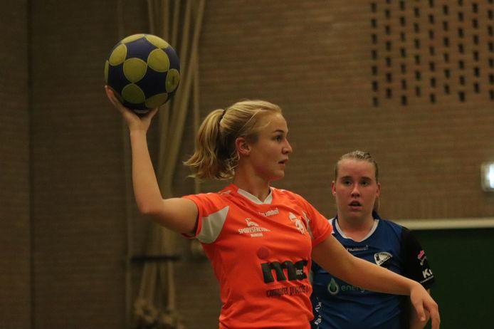 Korfbalster Anne Mulder van Sparta Nijkerk aan de bal tegen Reehorst'45.