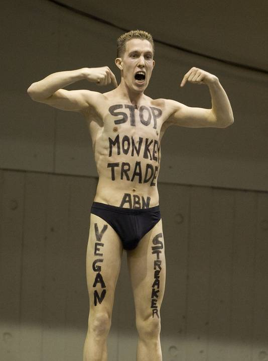 De Vegan streaker protesteerde ook tijden het ABN-tennistoernooi, met de tekst 'Stop Monkey Trade ABN'.