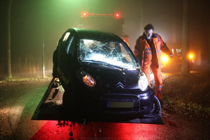 De auto na het eenzijdige ongeluk bij een sloot in Liempde.