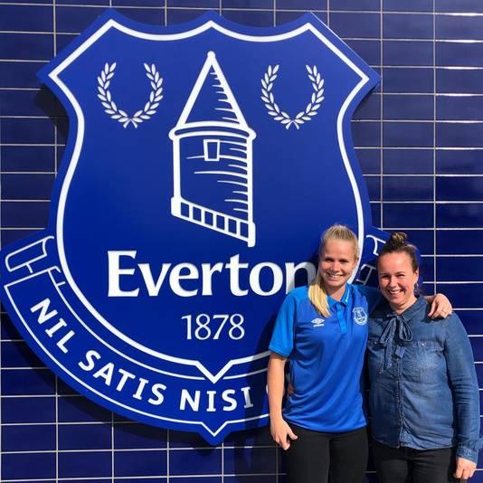 Kika van Es met haar zaakwaarnemer bij Everton
