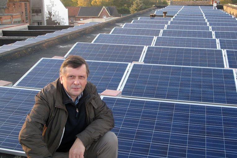 Burgemeester François Saeys bij de zonnepanelen op het dak van een van de gemeentelijke gebouwen.