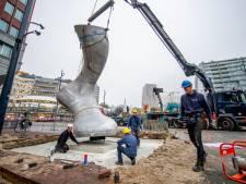 Twee metershoge voeten markeren de geboorte van Rotterdam