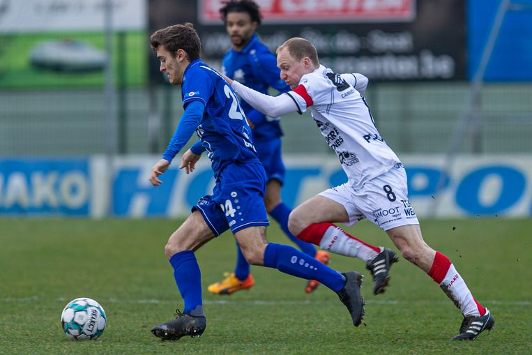Jonas Vandermarliere (r.) gaat in de achtervolging op Ronsespeler Pieters.