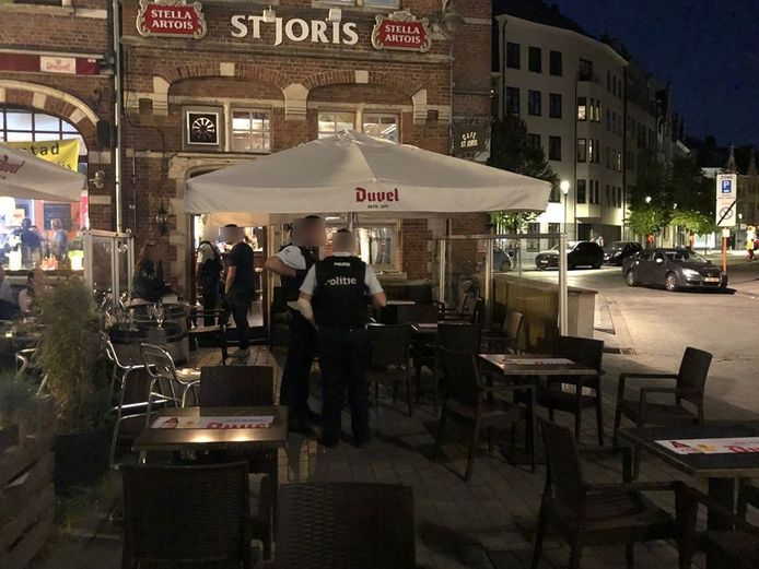 De politie was buiten en binnen massaal aanwezig.