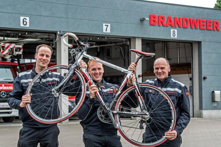 Kevin Desimpelaere, Jens Bruyneel en Danny Bruyneel zijn klaar voor hun fietstocht.