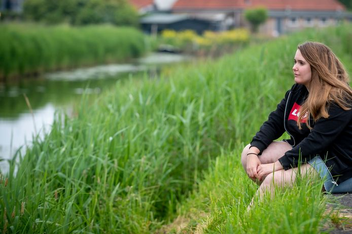 Mandy Voesenek op haar favoriete plek, langs de waterkant in Steenbergen.
