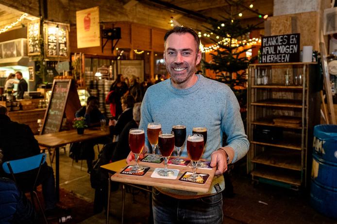 Jeroen Stirnberg uit Breda proeft in de Fenix Food Factory wat speciaalbiertjes van Kaapse Brouwers. Zijn Vlaamse vriendin Clara Verhoeven helpt hem daarmee.