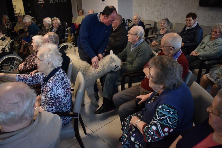 De bewoners waren opgetogen met het bezoek van de speciale gasten.