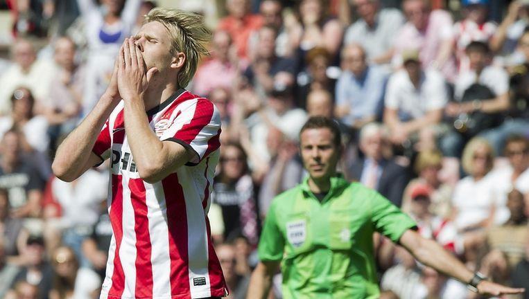 Ola Toivonen (l) van PSV baalt na een gemiste kans in de wedstrijd tegen Vitesse. Rechts scheidsrechter Pol van Boekel. Beeld anp