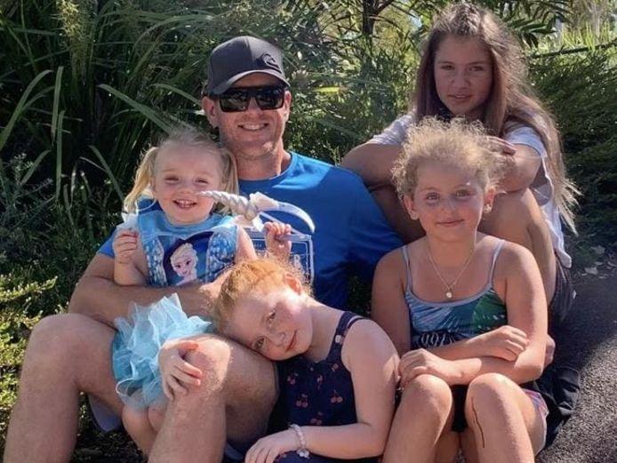 Rylee Rose op de schoot van papa Pete (samen op de foto met de zusjes).