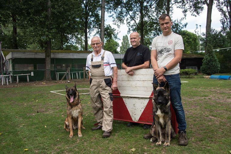 Voorzitter Louis Vleminckx, Frans Nieuwjaers en Thomas Van Hoof van de hondenclub De Moedige Bijters.