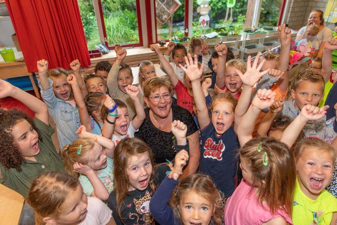 De leerlingen van CBS De Linge zorgen voor een feestelijk afscheid van juf Dinie.
