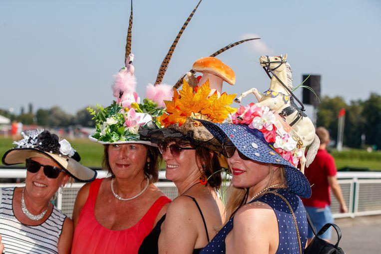 Heel wat dames leefden zich creatief uit om hun pronkstuk van de gekste decoratie te voorzien.
