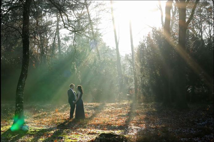 De winnende foto met het bruidspaar op de Rijssenseberg.