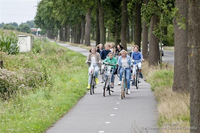 Het fietspad aan de Aadorpsweg tussen Vriezenveen en Aadorp.