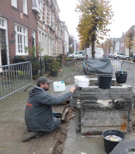 Stadspomp Woudrichem komt terug op nieuwe locatie en geeft weer water