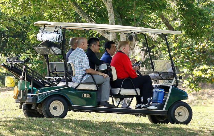 Trump en Abe tijdens hun partijtje golf op de Mobara Country Club in Chiba, ten zuiden van Tokio.