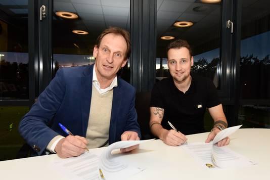 Roy Beerens zet zijn handtekening bij Vitesse, links algemeen directeur Joost de Wit.