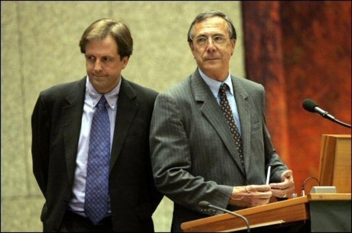 Ministers Alexander Pechtold (L) en Laurens Jan Brinkhorst (R) hebben zojuist een verklaring afgelegd in de Tweede Kamer in Den Haag. ANP PHOTO ROBERT VOS