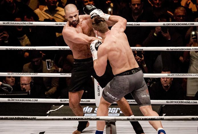 Rico Verhoeven in gevecht met Badr Hari in de König-Pilsener-Arena in het Duitse Oberhausen Foto ANP
