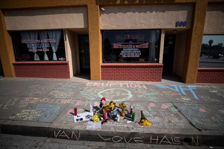 Na het overlijden van Van Halen, afgelopen dinsdag, is aan de Rozemarijnstraat in Nijmegen een provisorisch bedevaartsoord ontstaan. Beeld REUTERS