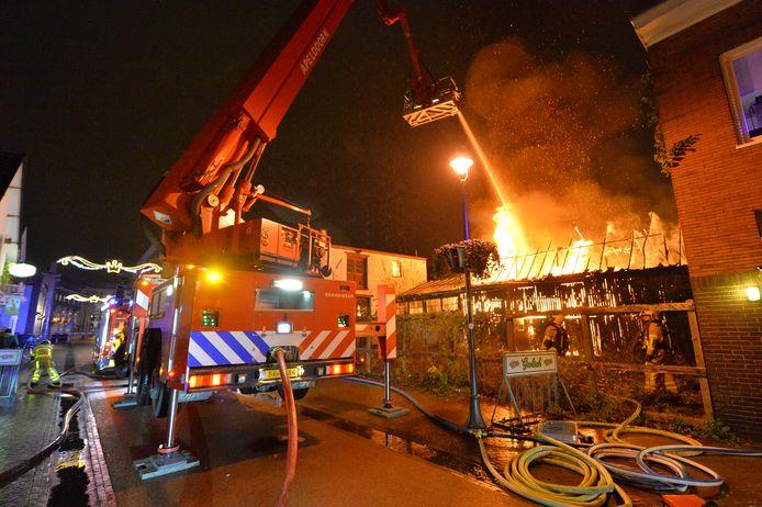 Met een hoogwerker wordt het vuur in de Marktstraat bestreden.