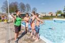 Medewerkster Romy Bernardus van het Ari'n Prins van Wijngaardenbad in Hasselt is sinds woensdag druk in het bad voor wat een heel druk paasweekeinde belooft te worden.
