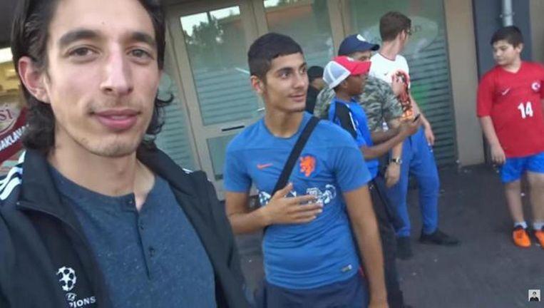 Ismail Ilgun (links) in een van zijn vlogs. Beeld YouTube