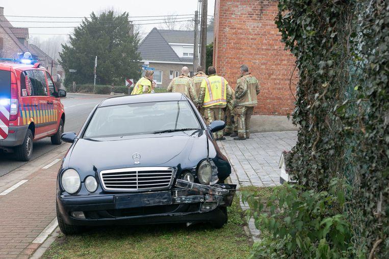 De auto raakte beschadigd maar de chauffeur bleef ongedeerd.