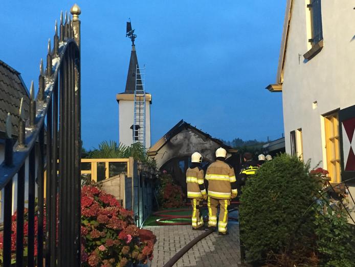 Brandweer in actie bij de oude smederij aan de Emmastraat in Haaften