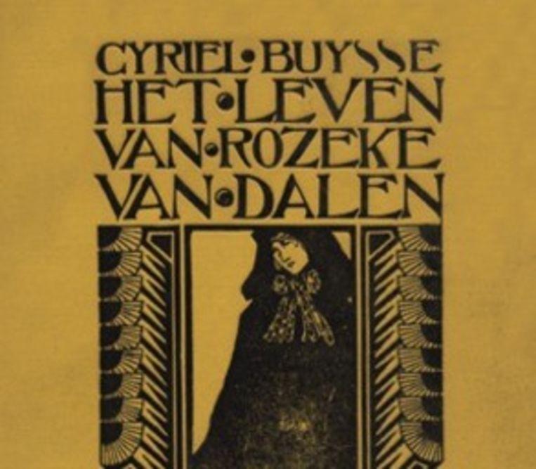 De leden van de heemkundige kring Het Land van Nevele krijgen een exemplaar van Het leven van Rozeke van Dalen.