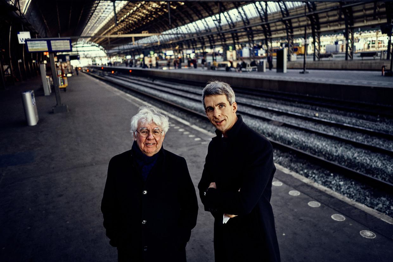 Geert Mak (l) en Jonathan Holslag in het Amsterdamse Centraal Station. 'We zouden met z'n allen best wat bezorgder mogen zijn.'